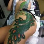 Tatuagem gigante, que passa pela costela e invade as pernas (Foto: Divulgação)