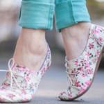 As sapatilhas florais podem ser usadas de diversas formas (Foto: divulgação).