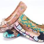 As sapatilhas florais são muito versáteis e combinam com vários estilos (Foto: divulgação).