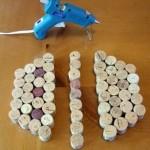 A cola quente deve ser usada para unir as rolhas de garrafa e formar o descanso de panela (Foto: divulgação).