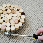 Os descansos de panela são muito fáceis de serem feitos com rolhas de garrafa (Foto: divulgação).