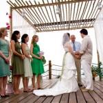 O horário do casamento de praia deve ser levado em consideração durante a escolha do vestido da madrinha (Foto: divulgação).