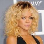 Rihanna loira e com cachos. (Foto:Divulgação)