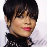 Um corte curtinho muito charmoso de Rihanna. (Foto:Divulgação)