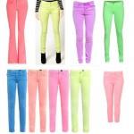 As calças coloridas em neon prometem muito sucesso no verão. (Foto: divulgação)