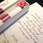 Convite é enviado enroladinho dentro de uma caixa fina. (Foto:Divulgação)