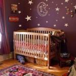 Outro quarto de bebê com decoração em tons escuros (Foto: Divulgação)