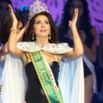 Gabriela feliz da vida ao ser coroada. (Foto:Divulgação)