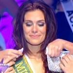 A gaúcha recebeu a faixa, emocionada. (Foto:Divulgação)