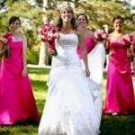Os vestidos de dama de honra adulta devem ser escolhidos com cuidado. (Foto: divulgação)