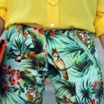 As calças com estampas tropicais são ótimas opções de escolha. (Foto: divulgação)