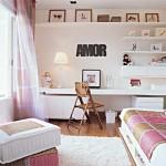 Quarto com bancada para estudos e cama com colcha romântica.(Foto: Divulgação)