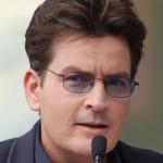Charlie Sheen paga pensão a quatro filhos. De vez em quando, é acusado pelas exs de atrasar a quitação da dívida (Foto: Divulgação)