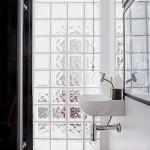 Banheiro clean com tijolos de vidro. (Foto:Divulgação)
