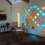 Tijolos de vidro coloridos na decoração. (Foto:Divulgação)