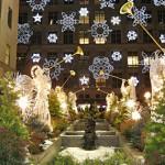 Anjos de Natal e flocos de neve em jardim. (Foto: Divulgação)