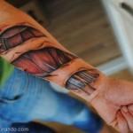 Mostrando as veias do braço (Foto: Divulgação)