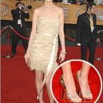 Os sapatos metalizados podem ser usados com roupas de festas. (Foto: divulgação)