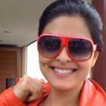 Juliana Paes usando um ousado óculos colorido. (Foto:Divulgação)