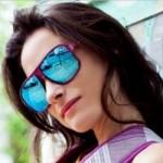 Óculos de sol de armação colorida e lentes espelhadas. (Foto:Divulgação)