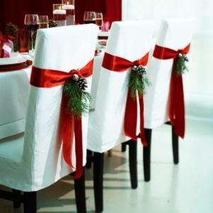 Cadeira enfeitada com fitas vermelhas (Foto: Divulgação)