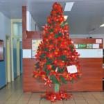 A árvore de natal pode ser feita com materiais recicláveis. (Foto: divulgação)