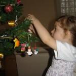 As crianças podem ajudar a montar a árvore de natal. (Foto: divulgação)
