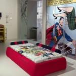 Os super-heróis dos quadrinhos aparecem no quarto. (Foto:Divulgação)