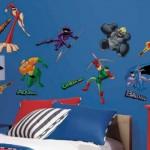 Adesivos dos super-heróis decoram a parede. (Foto:Divulgação)