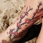 A tattoo de flores de cerejeira simboliza a brevidade da vida e a necessidade de aproveitar cada momento. (Foto:Divulgação)