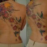Costas tatuada com flores de cerejeira. (Foto:Divulgação)