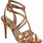 Sandália de salto alto dourada. (Foto:Divulgação)