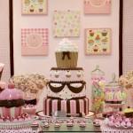 Mesa principal decorada com o tema cupcakes. (Foto:Divulgação)