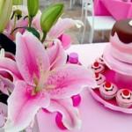 Cupcakes e um arranjo de lírios. (Foto:Divulgação)