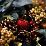 É possível utilizar as maçãs com diversos outros enfeites para enfeitar a casa no Natal. (Foto divulgação)