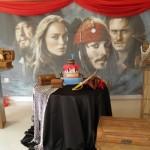 Espadas, baús e fotos do filme não podem faltar na decoração.  (Foto:Divulgação)