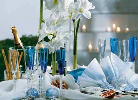 Branco e azul aparecem nesta elegante decoração de Ano Novo. (Foto:Divulgação)