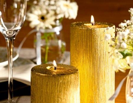 Mesa de Réveillon com velas douradas. (Foto:Divulgação)