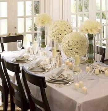 Arranjos de flores brancas decoram a mesa de Ano Novo. (Foto:Divulgação)
