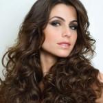 As franjas também podem ser usadas em cabelos cacheados. (Foto: divulgação)