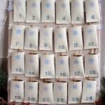 Um calendário de natal feito com rolos de papel higiênico. (Foto:Divulgação)