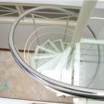 Escada caracol transparente garante boa iluminação ao ambiente. (Foto: divulgação)
