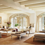 Um ambiente com estilo clássico e chão revestido com tijolos. (Foto:Divulgação)