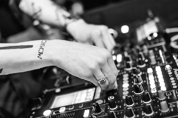 Os formandos escolhem as músicas e a comissão de organização bota pra tocar (Foto Divulgação: Pixabay)
