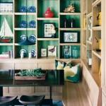 Fundo da estante pintado de verde-esmeralda. (Foto:Divulgação)