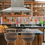 Azulejos antigos deixam a cozinha mais colorida. (Foto:Divulgação)