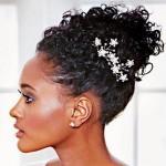 Os penteados presos caem muito bem para madrinhas afro. (Foto: divulgação)