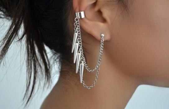 Como o ear cuff chama atenção, ele não deve ser usado com colar. (Foto:Divulgação)