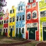 A fachada colorida é alegre e charmosa. (Foto:Divulgação)