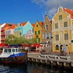Construções antigas com fachadas coloridas. (Foto:Divulgação)